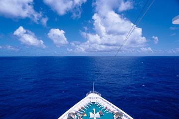 海の写真のボルボックス・写真カタログ 各種船・計器・漁業 豪華客船風景 2 水平線に向かう船首(南太平洋)